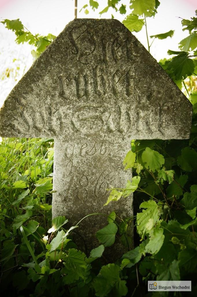 Stary cmentarz w Nowym Bruśnie - trójkątny nagrobek osadnika ewangelickiego z Deutschbach