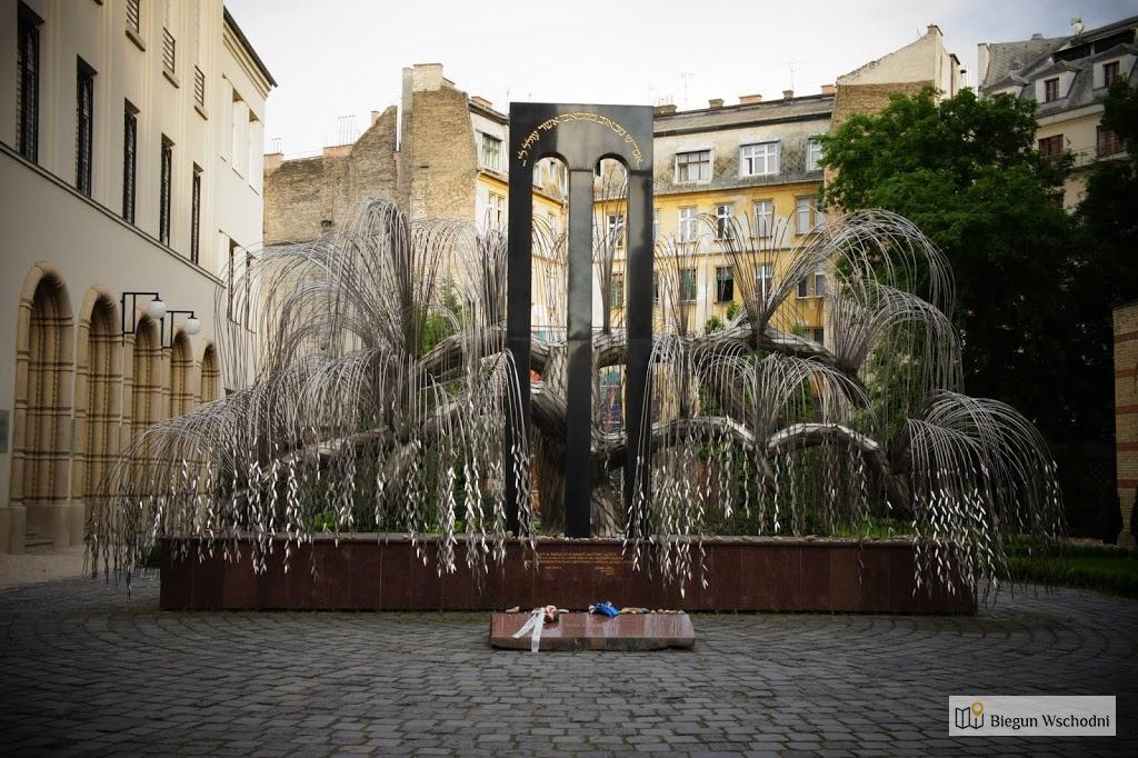 Weekend w Budapeszcie. Drzewo Życia - pomnik przy Wielkiej Synagodze. Biegun Wschodni