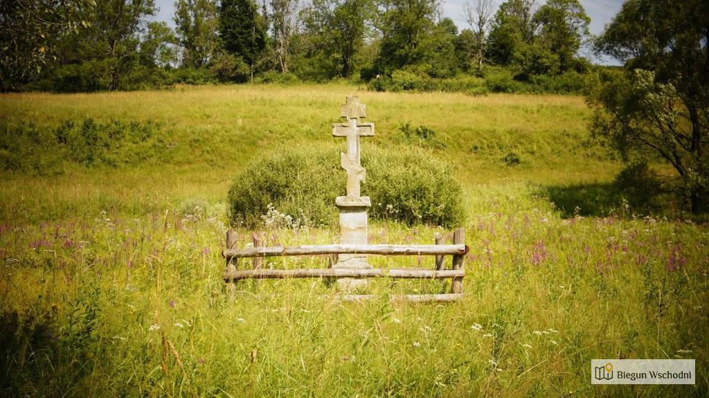 Przydrożny krzyż w dawnej wsi Nieznajowa