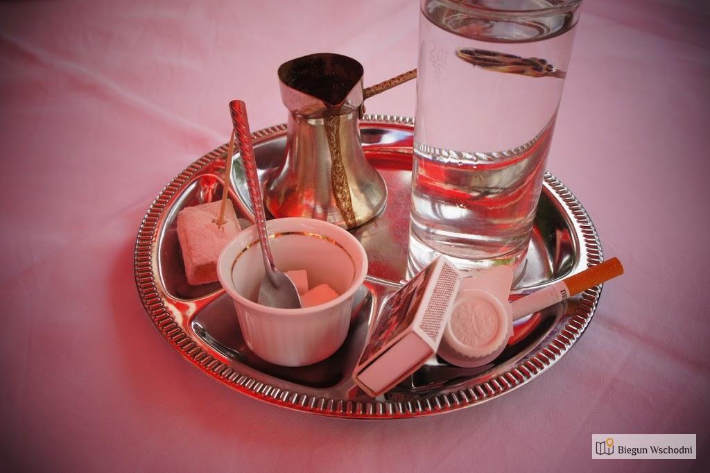 Tradycyjna bosanska kahva podana z rahat-lokum i papierosem