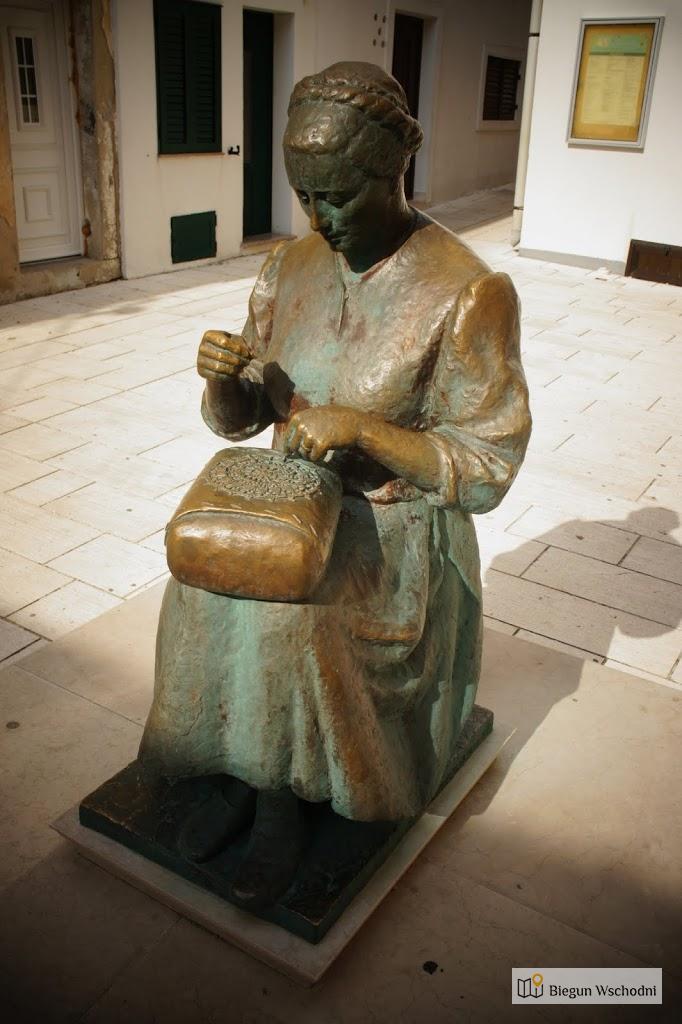 Pag, pomnik kobiety tworzącej koronki