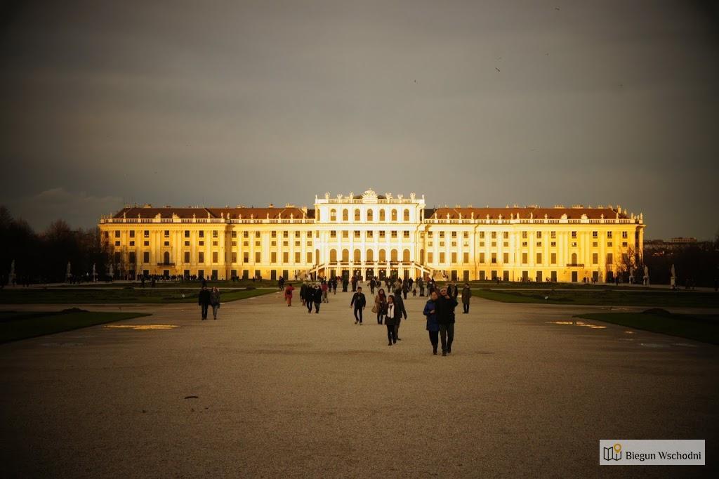 Schloss Schonbrunn w promieniach zachodzącego słońca