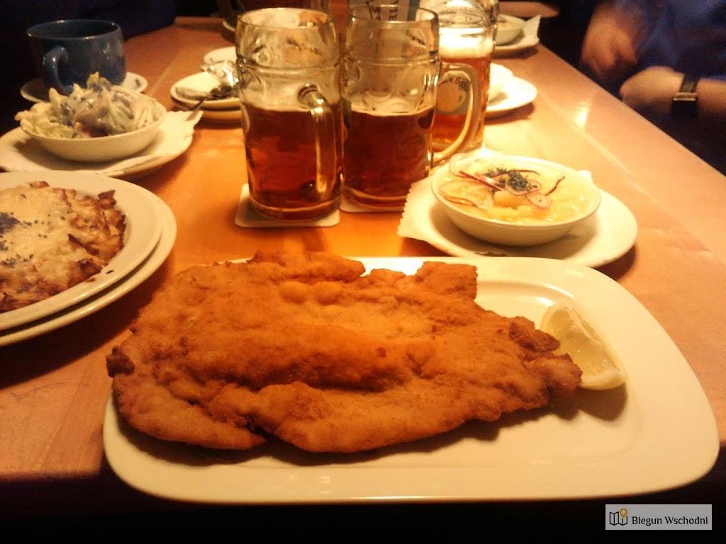 Tradycyjna wiedeńska potrawa - Wiener Schnitzel mit Kartoffelsalat