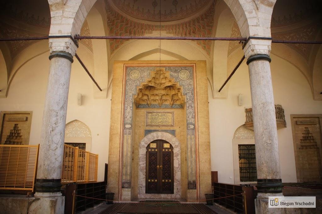 Sarajewo, wejście do meczetu Gazi Husrev-bega