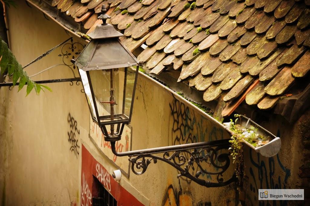 Atrakcje Zagrzebia: Gazowa latarnia w jednej z uliczek Zagrzebia, zapalana codziennie przez latarnika