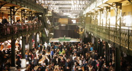 Niedzielny Poranek W Hali Aukcyjnej Fischmarkt W Hamburgu. Atrakcje Hamburga. Co Zobaczyć, Przewodnik