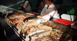 Stoisko Ze świeżymi Rybami Na Targu Fischmarkt W Hamburgu. Atrakcje Hamburga, Co Zobaczyć, Przewodnik