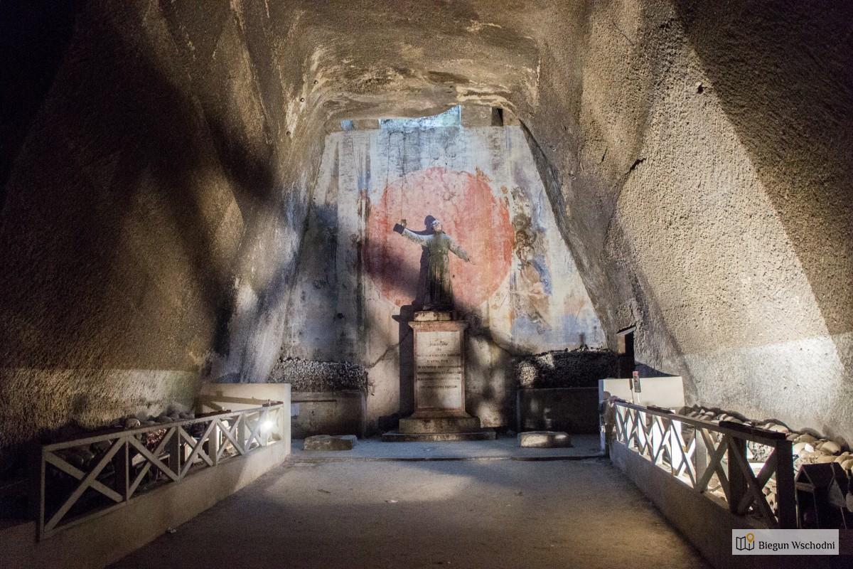 Neapol - Cimitero delle Fontanelle, cmentarz w kamieniołomie