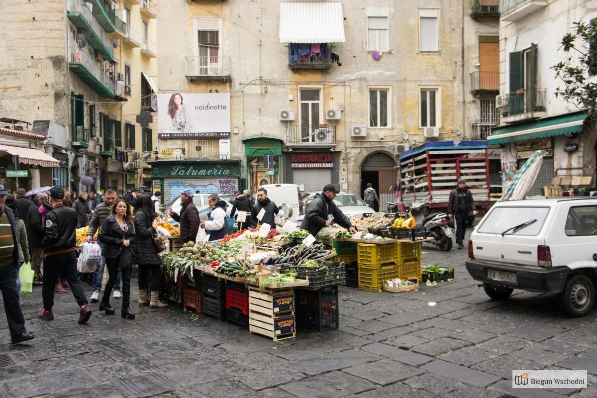 Neapol - stragany uliczne ze świeżymi owocami morza