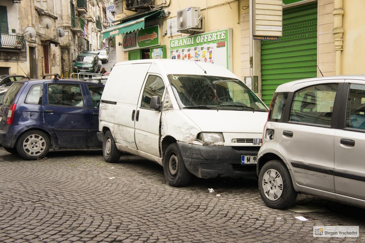 Spacer po Neapolu, obite samochody