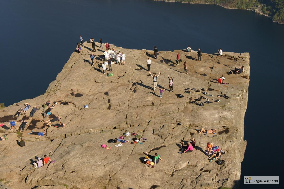Atrakcje Norwegii. Trekking Na Preikestolen Z Dzieckiem Na Plecach