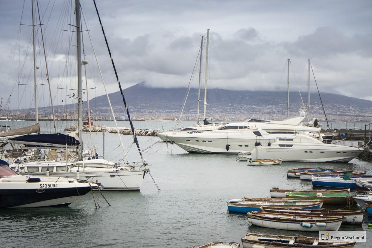 Spacerem po Neapolu - marina i Wezuwiusz