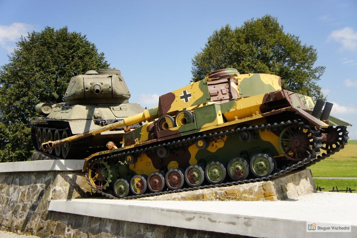 Słowacka Dolina Śmierci - pomnik dwa czołgi koło Svidnika